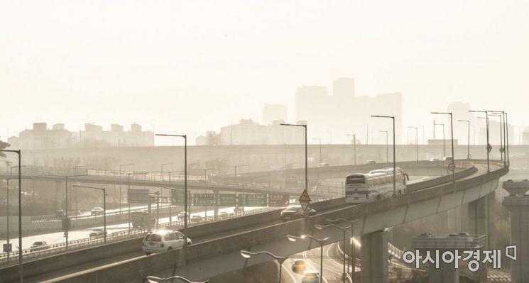 전국적으로 미세먼지가 기승을 부린 3일 서울 강변북로에 희뿌연 미세먼지가 가득하다. 서울을 비롯한 수도권 일대는 초미세먼지가 매우 나쁨 수준으로 사흘째 비상저감조치가 발령되고 있다./윤동주 기자 doso7@