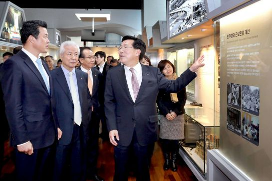 김기문 중기중앙회장(오른쪽)이 2014년 1월 서울 상암동 중소기업DMC타워에서 열린 국내 유일의 '중소기업역사관' 개관식에 참석해 관계자들과 이야기를 나누고 있다.