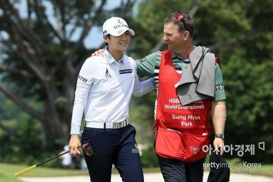 박성현이 HSBC위민스월드챔피언십 최종일 2타 차 선두로 마친 뒤 캐디와 환하게 웃고 있다. 싱가포르=Getty images/멀티비츠