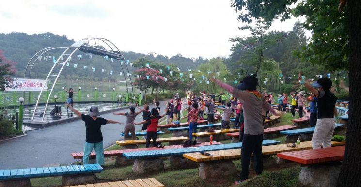 시민들이 지도자를 따라 생활체조 프로그램에 참여하고 있다. 사진=광주광역시체육회