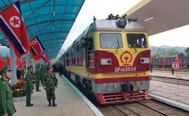 2차 북미정상회담 당시 김정은 북한 국무위원장의 전용열차를 끈 것으로 알려진 기관차 DF4D의 모습. 해당 기관차는 중국의 최신형 기관차 중 하나로 시속 170km까지 낼 수 있는 것으로 알려졌지만, 무거운 김 위원장 전용열차를 끌면서는 시속 60km 남짓의 느린 속도로 달렸다.(사진=EPA연합뉴스)