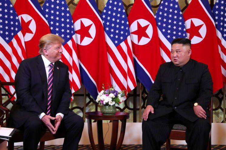 베트남 하노이에서 2차 북미 정상회담을 하고 있는 김정은 북한 국무위원장(오른쪽)과 도널드 트럼프 미국 대통령.