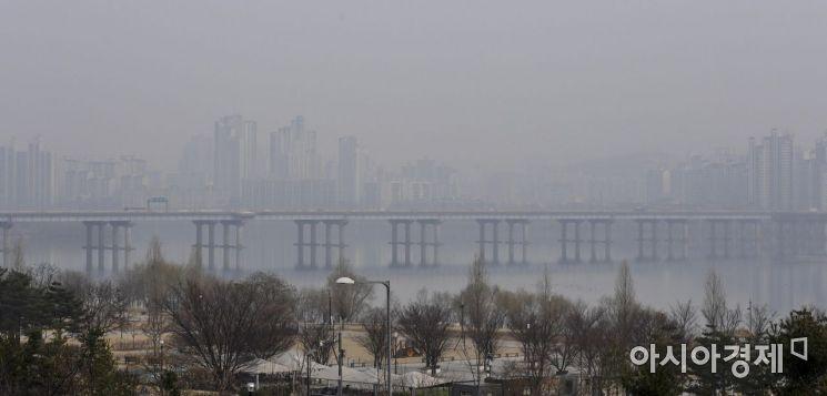 수도권 지역에 미세먼지 비상저감조치가 엿새째 이어지고 있는 6일 서울 여의도에서 바라본 도심이 미세먼지에 싸여 있다./강진형 기자aymsdream@