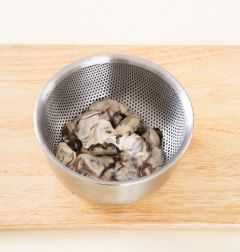 1. 굴은 소금물에 흔들어 씻어 껍질이 없도록 손질하여 건진다.