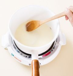 3. 냄비에 버터를 두르고 밀가루를 넣어 1분 정도 볶다가 물  1/2컵을 넣어 잘 풀어준 후 감자와 양파를 넣어 끓인다.