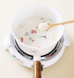 5. 중간 불에 5분 정도 끓여 감자가 익으면 파르메산 치즈가루를 넣고 소금과 후춧가루로 간을 하고 실파를 뿌린다.