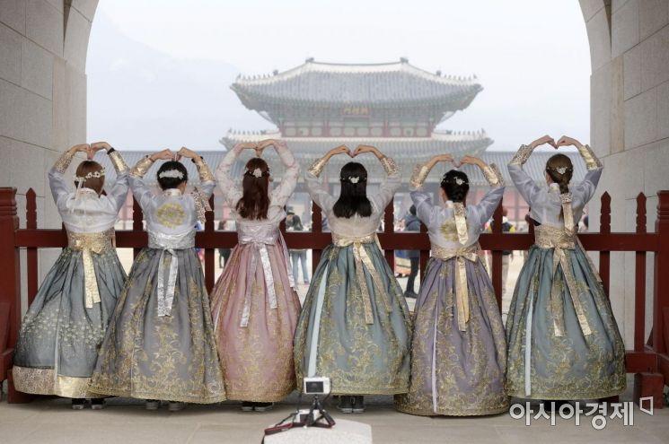 2019년 경칩 경복궁을 방문한 관광객들이 한복을 곱게 차려입었다.