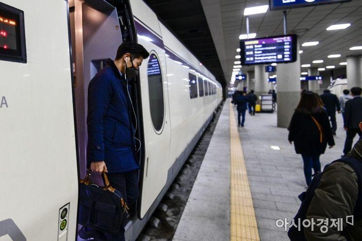 [포토]SRT 통근열차 이용하는 직장인들