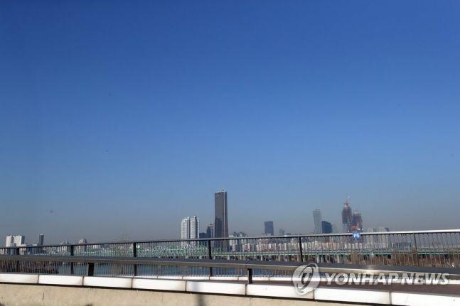 8일 서울지역 미세먼지 농도가 보통 수준을 보이며 푸른 하늘을 되찾았다. 사진=연합뉴스