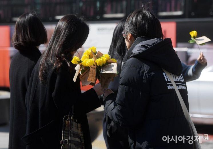 [포토]세계 여성의 날 맞아 '노란 장미' 나눠요