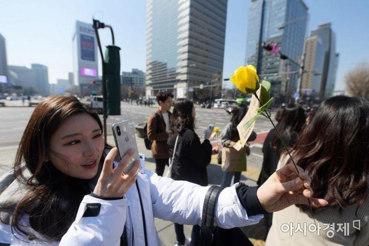 [포토]세계 여성의 날 맞아 노란 장미