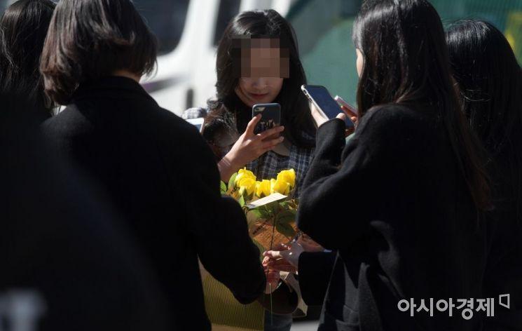 [포토]'노란 장미 받았어요'