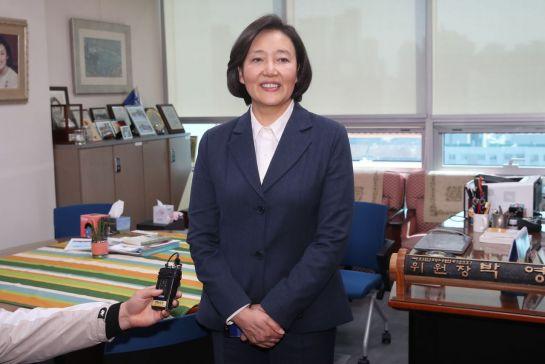 박영선 더불어민주당 의원이 8일 중소벤처기업부 장관 후보자로 지명된 뒤 국회 사무실에서 소감을 밝히고 있다./윤동주 기자 doso7@