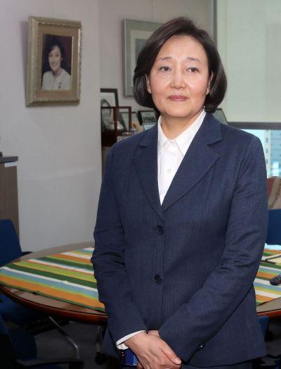 중소벤처기업부 장관 후보로 지명된 박영선 더불어민주당 의원이 8일 국회 사무실에서 소감을 밝히고 있다. / 윤동주 기자 doso7@