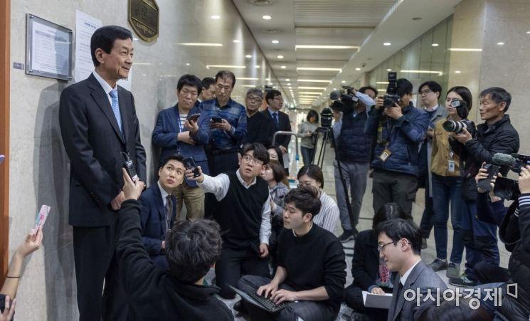 [포토] 취재진 질문에 답변하는 진영 의원