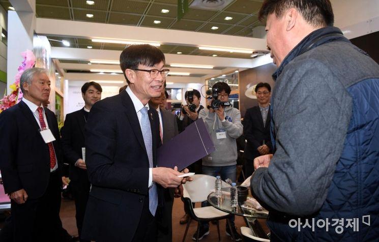 [포토] 가맹점주 대표와 인사하는 김상조 위원장