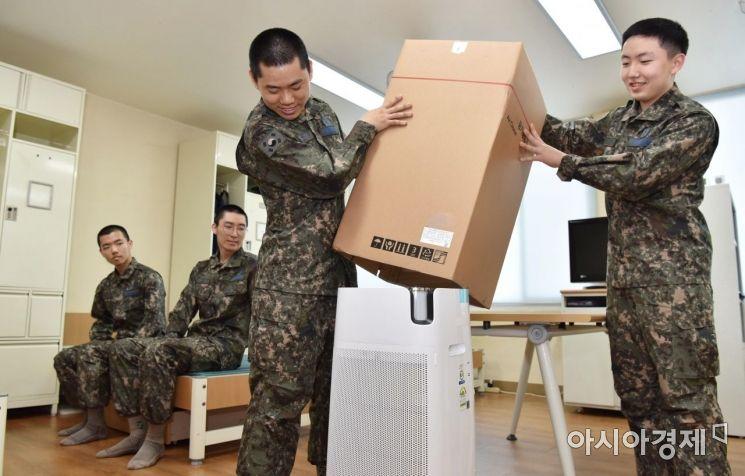 공군항공안전단 소속 장병들이 8일 병영생활관에 보급된 공기청정기를 개봉하고 있다. (사진=국방부)