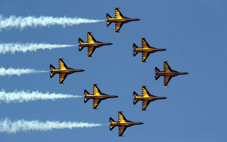 8일 오후 청주시 상당구 공군사관학교에서 열린 '제67기 졸업 및 임관식'에서 공군 특수비행팀 블랙이글스가 곡예비행을 선보이고 있다. (사진=공군)