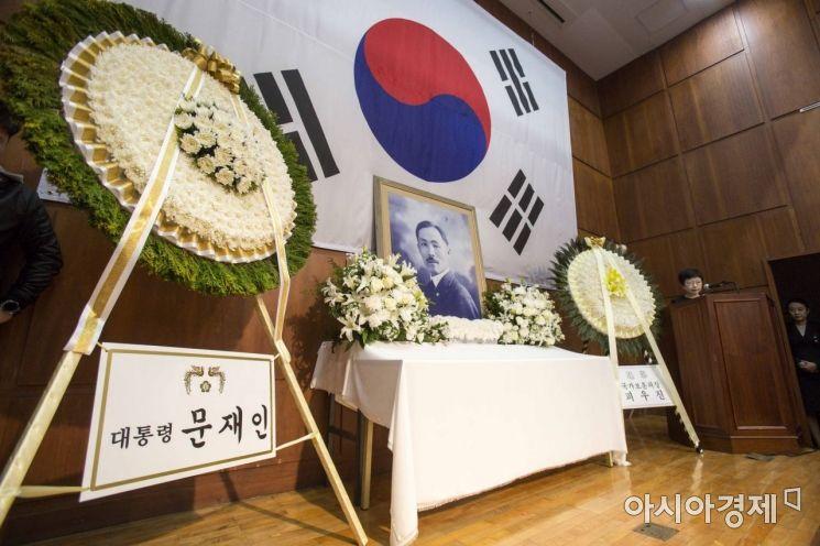 [포토]도산 안창호 선생 서거 81주기 추모식장에 놓인 문재인 대통령 조화
