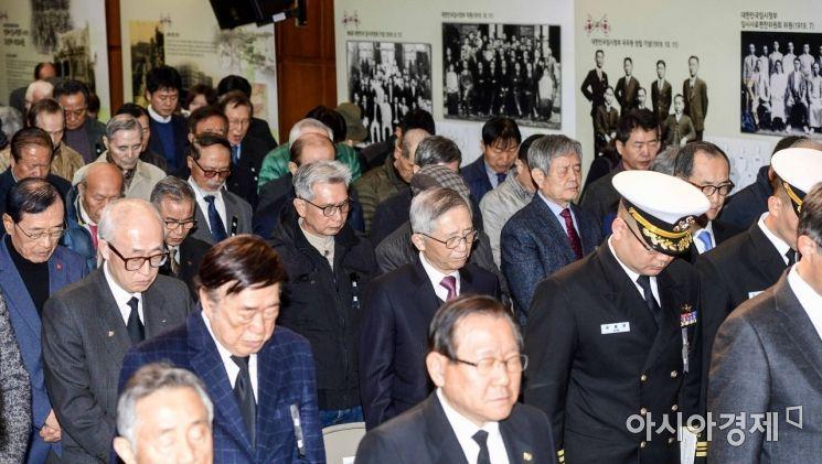 [포토]묵념하는 참석자들