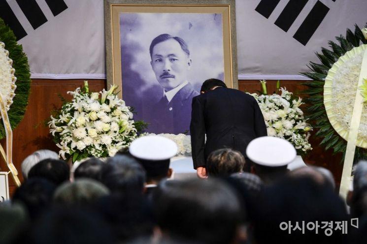 [포토]참배하는 김재실 도산기념사업회장
