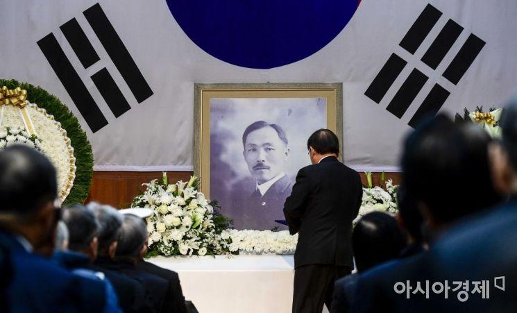 [포토]추모문 헌정하는 김재실 회장