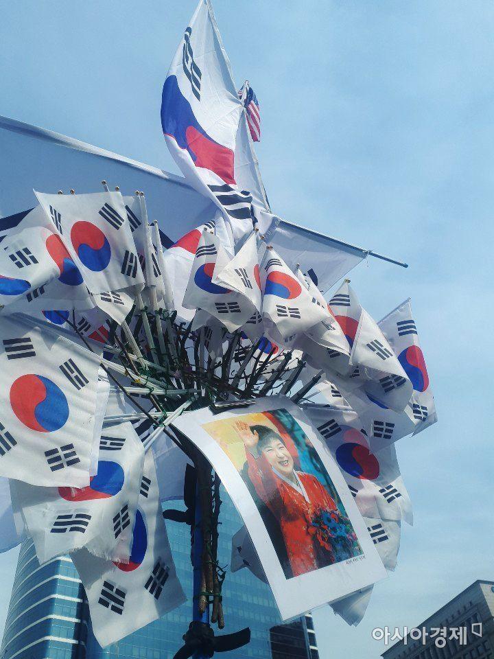 A(67) 씨가 직접 제작한 박 전 대통령 석방 기원 홍보물. 그는 수 많은 태극기 사이에 박 전 대통령 사진을 넣어 시민들에게 보이고 있었다.사진=한승곤 기자 hsg@asiae.co.kr