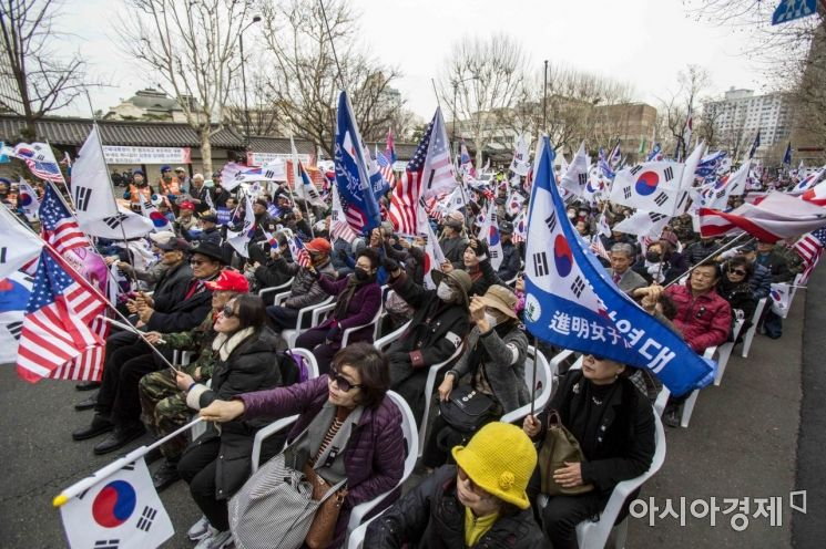 [포토]헌재 인근에 모인 보수단체