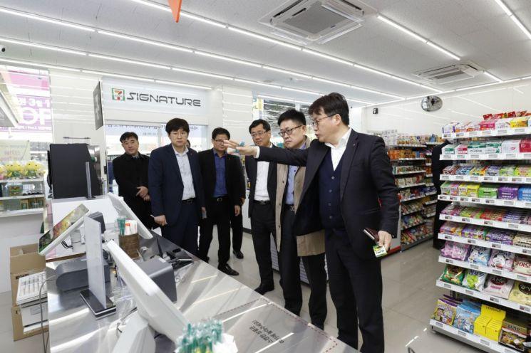 ▲S-OIL은 서울 강서구 공항대로의 하이웨이주유소에 국내 주유소 최초의 미래형 무인편의점인 '세븐일레븐 시그니처'를 문열었다. 사진은 개업식에서 S-OIL과 코리아세븐 관계자들이 매장 내부를 둘러보고 있다.