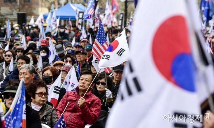[포토]태극기 흔들며 박근혜 전 대통령 석방 촉구