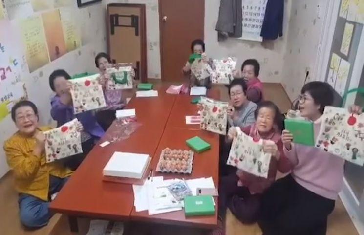 영화 '칠곡 가시나들'의 실제 주인공인 할머니들이 김정숙 여사의 책주머니 선물에 10일 보내온 영상편지. (사진=청와대 페이스북)