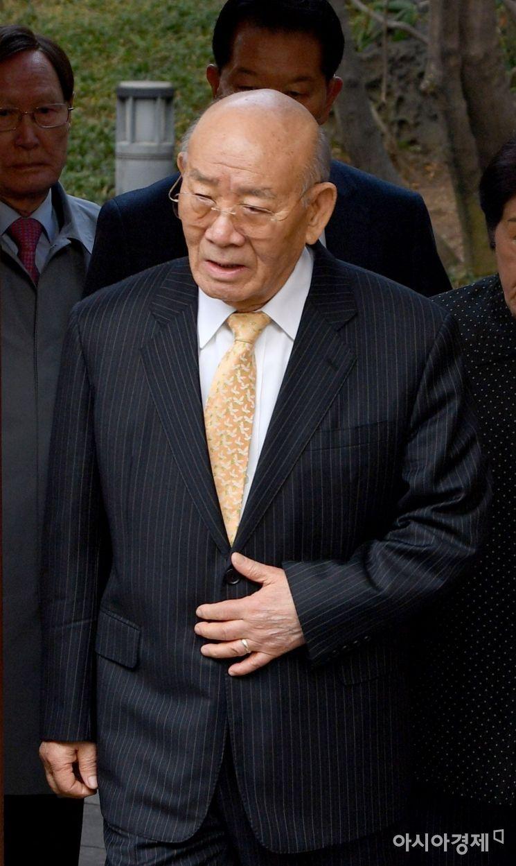 지난해 3월 11일 사자명예훼손 혐의를 받고 있는 전두환 전 대통령이 법정출석을 위해 서울 서대문구 연희동 자택을 나서고 있다./김현민 기자 kimhyun81@