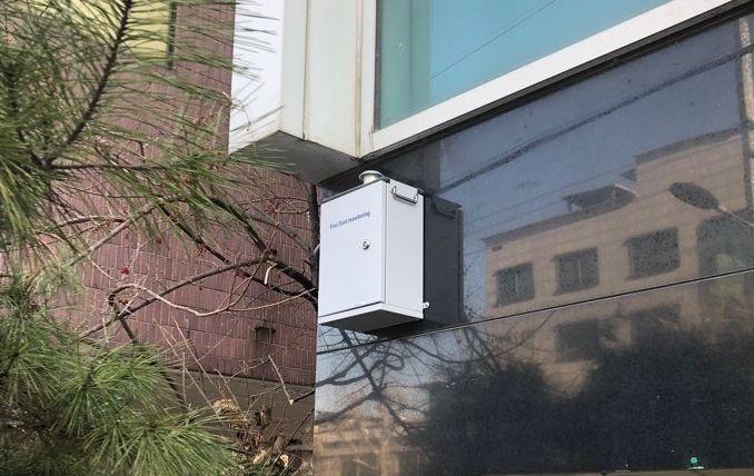 청룡동 주민센터에 설치된 미세먼지 측정기