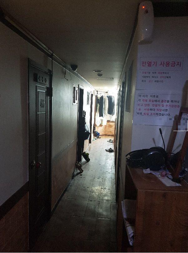 서울 종로구 한 고시원의 복도.