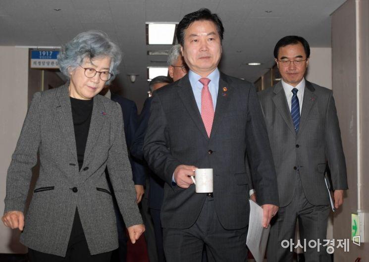 [포토]국무회의 향하는 홍종학 중기부 장관과 박은정 국민권익위원장