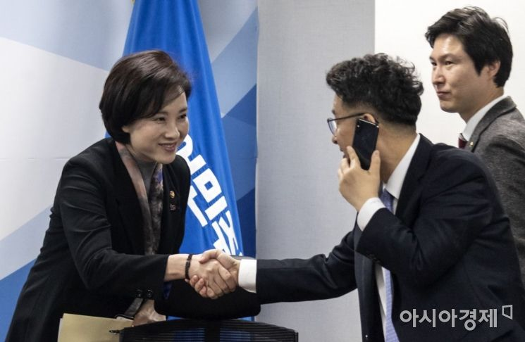 [포토] 인사 나누는 유은혜 장관-이철희 의원