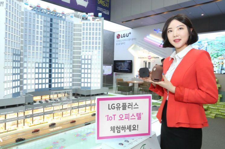 LG유플러스는 더블유밸리와 제휴해 강원도 원주 혁신도시 내 '에이스 더블유밸리' 773세대에 IoT 서비스를 제공한다고 12일 밝혔다. LG유플러스 모델이 청라도시개발의 '포스코ICT 포레안' 모델하우스에서 LG유플러스의 IoT 서비스를 소개하고 있다.