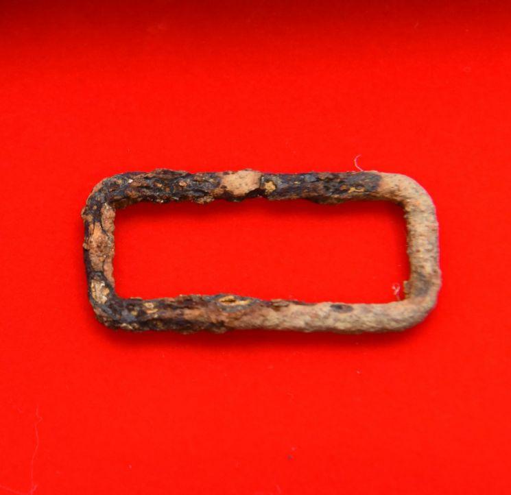 고(故) 한병구 일병 유해 발굴 당시 발견된 버클 사진 (사진=국방부)