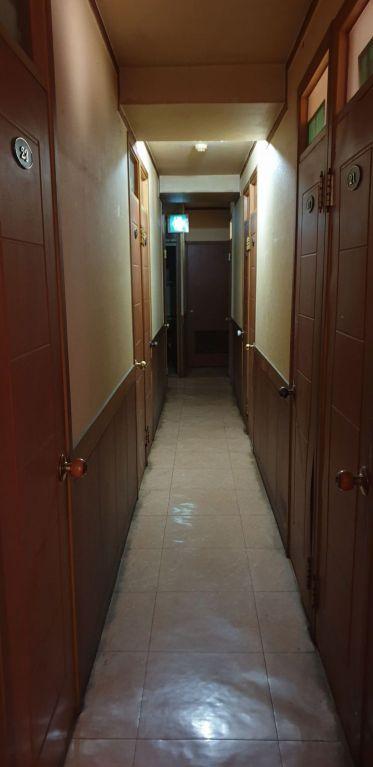 양천구의 한 고시원 복도. 0.85m의 폭 중 중간 내벽이 튀어나온 곳은 0.55m에 불과하기도 했다. 성인 남성 한 명이 겨우 지나갈 수 있는 너비다.