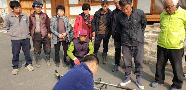 전남 담양군이 최근 오지마을 농업인들의 영농편의를 제공하기 위해 농기계 순회수리를 실시하고 있다. 사진=담양군