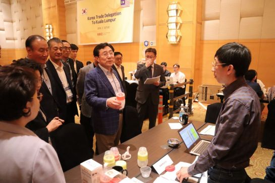 김기문 중소기업중앙회 회장(가운데)이 12일 말레이시아 쿠알라룸푸르에서 열린 중소기업 제품 구매상담회에 참석해 업체 관계자와 이야기를 하고 있다.