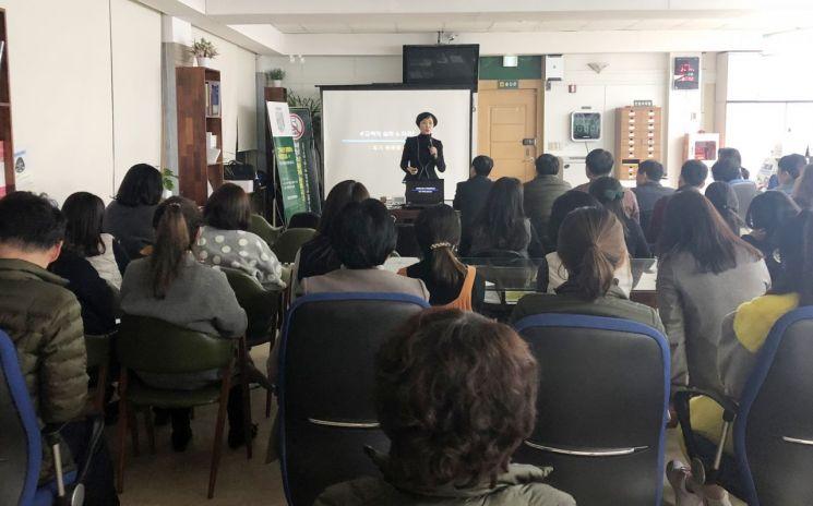 전남 담양군이 군민과 소통하고 공감하는 행정서비스를 제공하기 위해 매월 첫째 주 목요일, 전문 강사를 초빙해 맞춤형 친절교육을 진행하고 있는 모습. 사진=담양군