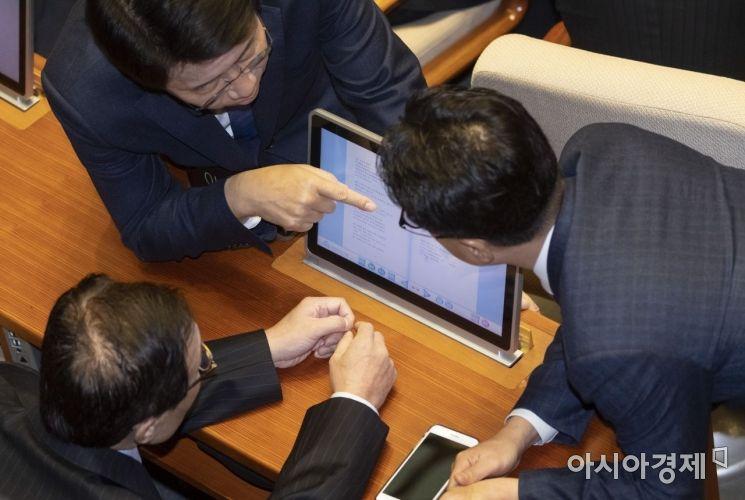 이해찬 대표는 연설문을 보고도 믿을수 없었던지 주변의 의원들을 불려 내용을 다시 확인하고 있다./윤동주 기자 doso7@