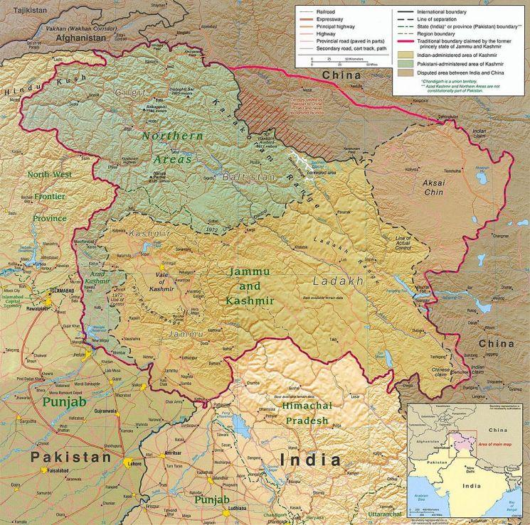 카슈미르는 1947년 인도의 분할 독립 이후 북서부 아사드 카슈미르는 파키스탄으로, 동부 아크사이친 지역은 중국으로 편입됐으며 나머지 중앙부의 잠무 카슈미르 지역이 인도로 편입돼 3개로 분할됐다.(자료=위키피디아)