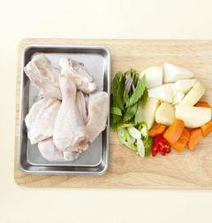 1. 닭은 닭볶음탕용으로 준비해 끓는 물에 소금을 약간 넣고 3분 정도 데친다. 감자, 당근, 양파는 큼직하게 썬다.