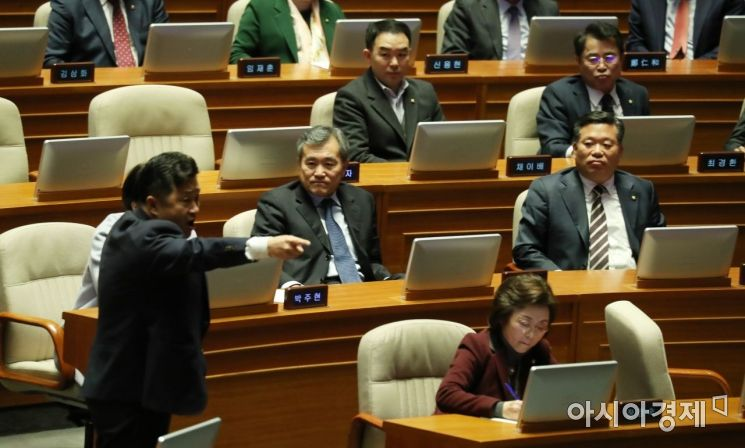 바른미래당 의원들은 그저 남 이야기처럼 멍하니 상황을 지켜보고 있다./윤동주 기자 doso7@