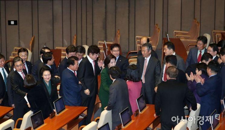 연설을 마친 나경원 원내대표가 동료 의원들에게 박수를 받으며 단상을 내려오고 있다./윤동주 기자 doso7@