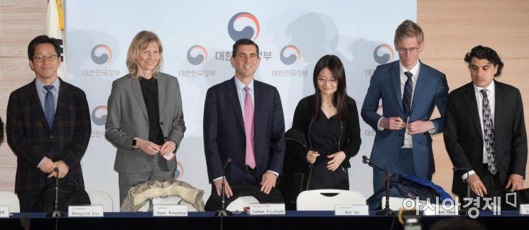 [포토]취재진 앞에 선 IMF 한국 미션단