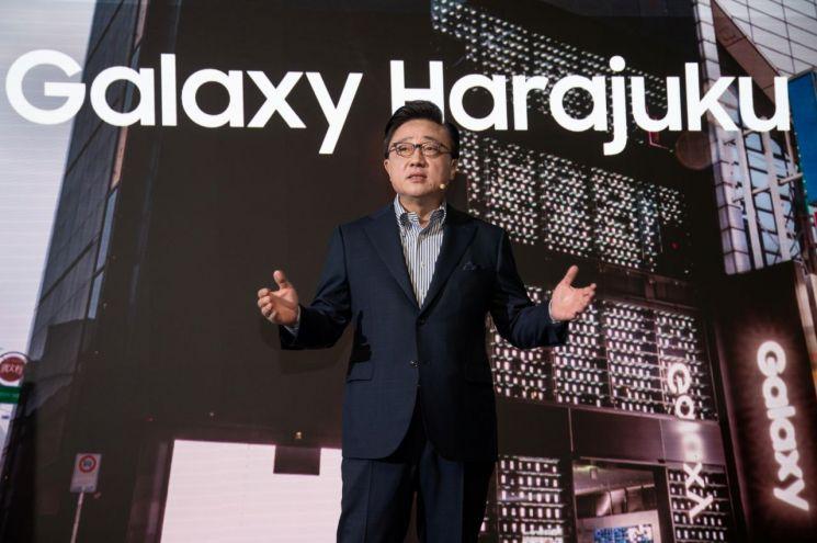 삼성전자 IM부문장 고동진 사장이 12일 일본 도쿄에서 열린 '갤럭시 하라주쿠' 개관식에 참석해 인사말을 하고 있다.