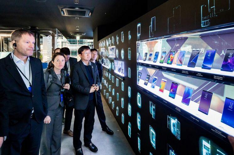 12일 일본 도쿄에서 열린 '갤럭시 하라주쿠' 개관식에 참석한 티모 루베  IOC 마케팅국장이 갤럭시 스마트폰의 혁신 역사를 보여주는 전시존을 관람하고 있는 모습.